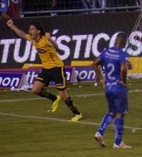 El festejo de Ismael Blanco tras su gol en el estadio Capwell, el 19 de noviembre (Foto: Carlos Barros, EL UNIVERSO)