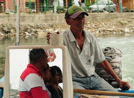 Juan Carrera Holguín, de 72 años, presta servicio como canoero desde las 05:00 hasta las 22:00. Lo hace para cumplir con sus clientes, dice.