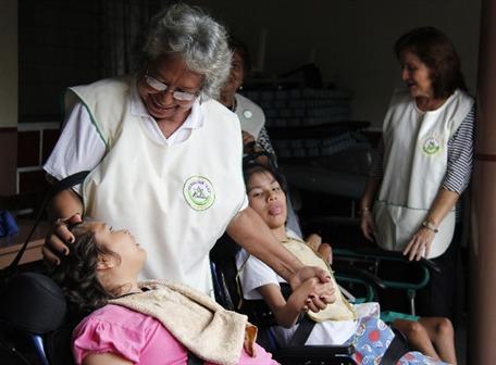 Irlanda Vera disfruta visitar a las personas internadas en el área de niños, que llegaron desde muy pequeños a la Fundación AEI.