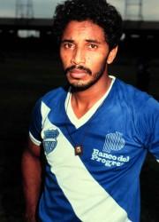 Elegante, incisivo y definidor. Jesús Cárdenas guarda un destacado sitial en el recuerdo de la hinchada emelecista. Fiel al club, pasó las etapas de fracaso deportivo desde 1982 hasta las mieles del triunfo en 1988.