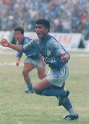 El Bam Bam ha conectado un tiro libre colocado y vence el arco del Green Cross. Es el gol que le da el título a Emelec en la temporada 1993.