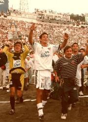 La alegría de los campeones al dar la vuelta olímpica en el estadio Atahualpa.