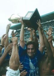 Carlos Alberto Juárez levanta el trofeo de campeón. Él fue el goleador del torneo y el hombre más valioso en la campaña de este Emelec triunfador.
