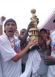 El festejo de los albos en el estadio de Casa Blanca. Luis González (i), Alfonso Obregón (c) y Giovanny Espinoza (d), con el trofeo entregado por la Federación Ecuatoriana de Fútbol.