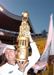 Un histórico del fútbol ecuatoriano, Álex Aguinaga levanta la copa de campeón. Fue su primer título en Ecuador, ya al final de su carrera. Aguinaga aportó con su experiencia en este equipo ganador.