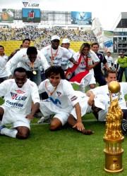 Cristian Lara, Paúl Ambrossi, Patricio Urrutia, Damián Manzo, entre otros, celebran con el trofeo de campeones del 2007.
