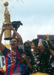 Luis Fernando Saritama, el símbolo y capitán del Deportivo Quito, levanta el trofeo de campeón el 7 de diciembre del 2008.