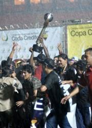 El festejo del campeón. El Deportivo Quito venció 3-2 en la final al Deportivo Cuenca y celebra su bicampeonato.