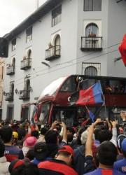 La fiesta del campeón se trasladó a la Plaza del Teatro. Los jugadores del Deportivo Quito celebraron con sus hinchas el título del 2011.