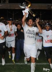 El equipo universitario celebró en el Capwell. Venció 2-1 en el global a Emelec (2-0 y 0-1) y se coronó campeón ecuatoriano 2010.