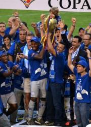 La alegría azul en la celebración de la corona. Gabriel Achilier y Pedro Quiñónez, dos jugadores claves de Emelec, levantan el trofeo de campeones junto a compañeros, directivos e hinchas.
