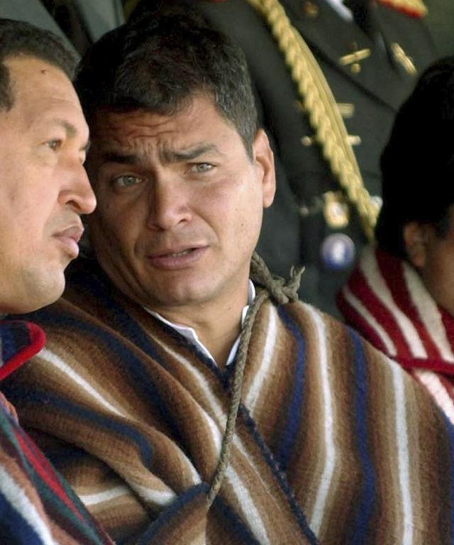 """BOG106. BOGOTÁ (COLOMBIA), 05/03/2013.- Fotografía de archivo cedida por Miraflores del 14 de enero de 2007 que muestra al presidente de Venezuela, Hugo Chávez (i), junto a sus homólogos de Ecuador, Rafael Correa (c), y Bolivia, Evo Morales (d), en Zumbahua, Ecuador. El vicepresidente de Venezuela, Nicolás Maduro, anunció hoy, martes 5 de marzo de 2013, que Chávez falleció casi tres meses después de operarse por cuarta vez de un cáncer el pasado 11 de diciembre en La Habana. """"A las 16.25, hora local (20.55 GMT) de hoy 5 de marzo ha fallecido el comandante presidente Hugo Chávez Frías"""", informó el vicepresidente venezolano emocionado en cadena de radio y televisión. EFE/MIRAFLORES/SOLO USO EDITORAL/NO VENTAS"""
