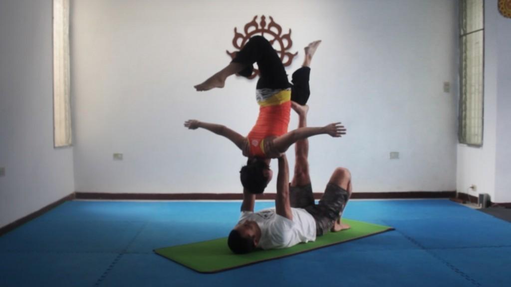 El Acro Yoga es una variante de la práctica tradicional. En Narasimha Yoga se realiza entre dos personas.