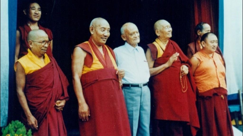 El sacerdote César Dávila visitó India y decidió aprender las técnicas de yoga para incorporarlas a su práctica cristiana.