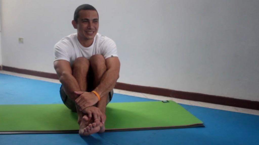 Simha Rambay, propietario e instructor de Narasimha Yoga, comparte que el centro sigue la tradición hindú pero que el yoga se practica sin alusión religiosa.