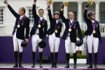 Equipo alemán ganador de la medalla de oro en el concursoo completo de equitación. (Izquierda a derecha) Peter Thomsen, Dirk Schrade, Auffarth Sandra, Michael Jung, e Ingrid Klimke. AP