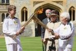 LONDRES.- La reina Isabel II de Inglaterra presenció el relevo de la antorcha olímpica en el castillo de Windsor. Foto: AP.