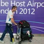 LONDRES.- El canoísta argentino-ecuatoriano César de Cesare en su llegada al aeropuerto londinense (AFP)