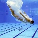LONDRES. Un saltador se zambulle en la piscina durante un entrenamiento de salto de trampolín previo a la competición olímpica de Londres 2012 en el Centro Acuático del Parque Olímpico. Foto: EFE