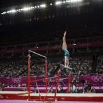 LONDRES. La gimnasta australiana Ashleigh Brennan durante su ejercicio en las barras asimétricas en la competición de gimnasia artística de los Juegos Olímpicos en Londres 2012. Foto: EFE