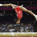 LONDRES. La estadounidense Gabrielle Douglas durante la prueba de barra de equilibrio del campeonato por equipos de gimnasia artística femenina en Londres 2012.Foto: EFE
