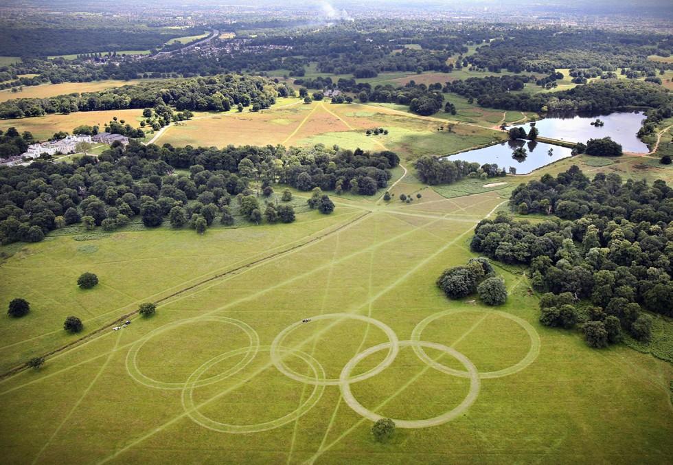 Los anillos olímpicos se dibujaron sobre un campo en Richmond Park. Foto: AP.