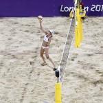 LONDRES. Abril Ross (i) y Jennifer Kessy en un partido de voleibol de playa de los Juegos Olímpicos de Londres 2012. Foto: AP