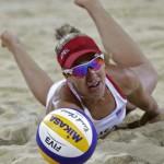 LONDRES. April Ross de Estados Unidos trata de alcanzar un balón durante el partido de voleibol de playa en los Juegos Olímpicos Londres 2012. Foto: AP