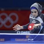 LONDRES. La iraní Neda Shahsavari se enfrenta a la nigeriana Olunfunke Oshonaike durante la primera ronda de la competición individual femenina de tenis de mesa de los Juegos Olímpicos de Londres 2012. Foto: EFE