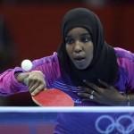 LONDRES. La deportista Yasmin Hassan Farah, de Yibuti, se enfrenta a la brasileña Caroline Kumahara en la primera ronda de la competición individual femenina de tenis de mesa de los Juegos Olímpicos de Londres 2012. Foto: EFE