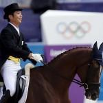 LONDRES. El jinete japonés Toshiyuki Tanaka compite en la doma clásica por equipos en los Juegos Olímpicos de Londres 2012. Foto: EFE