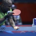 LONDRES. El nigeriano Segun Toriola se enfrenta al canadiense Andre Ho en la competición individual masculina de tenis de mesa de los Juegos Olímpicos de Londres 2012. Foto: EFE