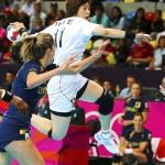 LONDRES. La española Begoña Fernandez Molinos (i) intenta detener a la surcoreana Eun Hee Ryu (d) durante el partido que enfrentó a las dos selecciones femeninas en los Juegos Olímpicos. Foto: EFE
