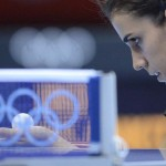 LONDRES. La española Sara Ramírez se enfrenta a la india Ankita Das en la ronda preliminar de la competición individual femenina de tenis de mesa de los Juegos Olímpicos de Londres 2012. Foto: EFE