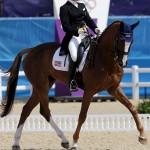 LONDRES. La amazonas estadounidense Karen O'Connor compite con su caballo Mr Medicott en la doma clásica por equipos en los Juegos Olímpicos de Londres 2012. Foto: EFE
