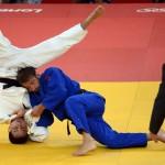 LONDRES. El judoca brasileño Felipe Kitadai (de blanco) se enfrenta al italiano Elio Verde (de azul) durante el combate por la medalla de oro de la categoría de menos de 60 kilos de la competición de judo de los Juegos Olímpicos de Londres 2012. Foto: EFE