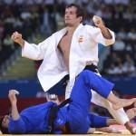 LONDRES. El judoca español Sugoi Uriarte (blanco) se enfrenta al italiano Francesco Faraldo en un combate de la ronda eliminatoria de judo en la categoría masculina de -66 kilos de los Juegos Olímpicos de Londres 2012. Foto: EFE