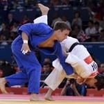 LONDRES. El judoca brasileño Leandro Cunha (blanco) se enfrenta al polaco Pawel Zagrodnik en un combate de la ronda eliminatoria de judo en la categoría masculina de -66 kilos de los Juegos Olímpicos de Londres 2012. Foto: EFE