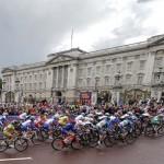 LONDRES. El pelotón pasa junto al Palacio de Buckingham durante prueba de fondo en carretera de ciclismo en ruta femenino durante los Juegos Olímpicos en Londres 2012. Foto: EFE