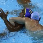 LONDRES. El jugador de la selección española Iván Pérez (i), es agarrado por el kazajo Alexey Shmider, en el partido correspondiente al torneo olímpico de waterpolo en el Centro Acuático de Londres. Foto: EFE