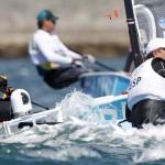 WEYMOUTH. El regatista español Rafa Trujillo (dch) y el brasileño Jorge Zarif (iz) compiten en la primera jornada de la categoría Finn, en la sede olímpica de vela de Londres 2012. Foto: EFE