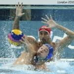 LONDRES. El nadador serbio Slobodan Nikic (delante) intenta controlar el balón ante el portero húngaro, Zoltan Szecsi, durante el partido Hungría-Serbia, del grupo B de la primera fase de la competición de waterpolo de los Juegos Olímpicos de Londres 2012. Foto: EFE