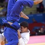 LONDRES. El judoca sudafricano Gideon van Zyl (azul) se enfrenta a Rustam Orujov, de Azerbaiyán, en una de las rondas eliminatorias de judo correspondiente a la categoría masculina de -73 kilos de los Juegos Olímpicos de Londres 2012. Foto: EFE