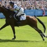 """LONDRES. La jinete británica Zara Phillips con su caballo """"High Kingdom"""" participando en el tramo de campo a través que forma parte de la competición ecuestre de tres días del Concurso completo dentro de los JJ.OO de Londres 2012. Foto: EFE"""