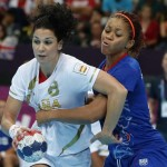 LONDRES. La jugadora de la selección española Verónica Cuadrado (i) intenta superar a la francesa Nina Kamto Njitam durante el partido correspondiente al torneo olímpico de balonmano. Foto: EFE