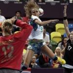 LONDRES. La brasileña Alexandra Nascimento (c) tira a puerta ante la oposición de la guardameta montenegrina Sonja Barjaktarovic (i), durante el partido correspondiente al torneo olímpico de balonmano. Foto: EFE