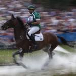 LONDRES. Marcio Jorge Carvalho de Brasil atraviesa un obstáculo de agua con su caballo Josefina en los Juegos Olímpicos. Foto: EFE