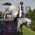 """LONDRES. El belga Virginie Caulier monta a """"Nepal du Sudre"""" durante la prueba ecuestre de campo traviesa en los Juegos Olímpicos Londres 2012, en el Parque Greenwich. Foto: EFE"""