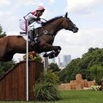 """LONDRES. El japonés Takayuki Yumira monta a """"Latina"""" durante la prueba ecuestre de campo traviesa en los Juegos Olímpicos Londres 2012, en el Parque Greenwich. Foto: EFE"""