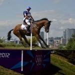 """LONDRES. El francés Aurelien Kahn monta a """"Cadiz"""" durante la prueba ecuestre de campo traviesa en los Juegos Olímpicos Londres 2012, en el Parque Greenwich. Foto: EFE"""